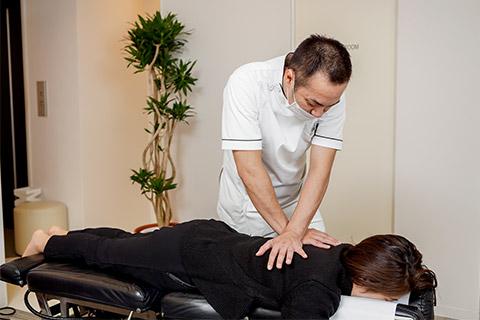 ①背骨や骨盤を矯正していき姿勢を改善していきます